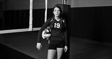 Alice Reno playing volleyball recovering from pediatric knee injury